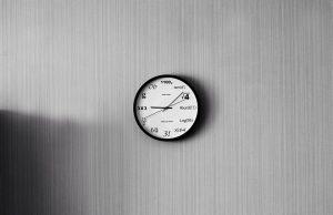 נוכחות של שעון בין ריהוט המשרד