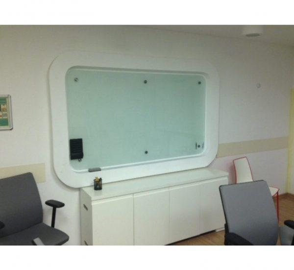 לוח זכוכית מחיק בתוך נישת גבס - סטטוס ריהוט משרדי