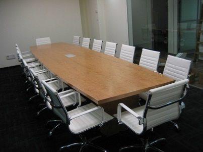 שולחן ישיבות: הפנים של המשרד